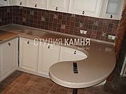 Столешница для кухни из камня Staron с барной стойкой