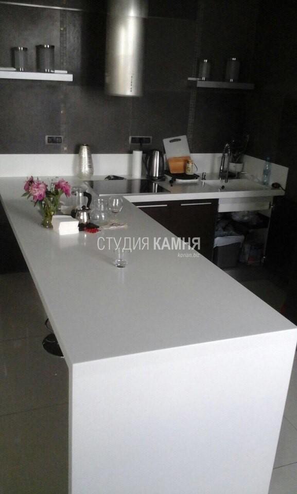 Кухонная столешница из белого искусственного камня с барной стойкой
