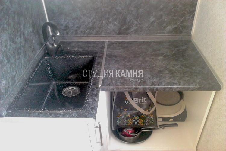 Небольшая столешница из искусственного камня с мойкой для кухни