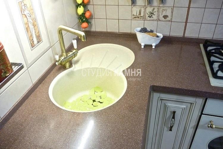 Угловая столешница из искусственного камня с мойкой для кухни