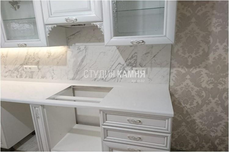 Столешница из белого искусственного камня с фартуком под плитку для кухни