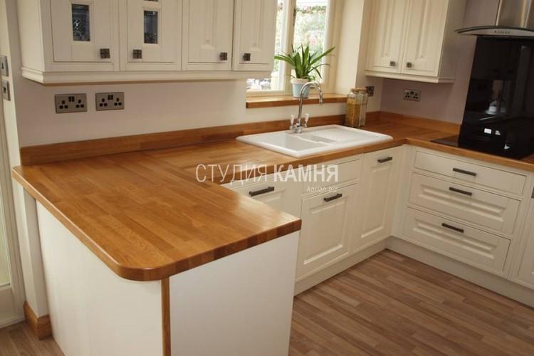 Столешница на кухню с отделкой под дерево и накладной раковиной