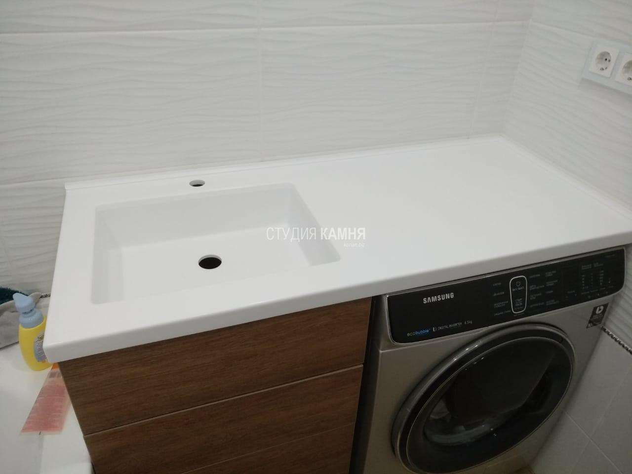 Столешница в ванную комнату над стиральной машинкой с интегрированной раковиной