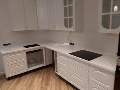 Угловая белая столешница на кухню из акрилового камня