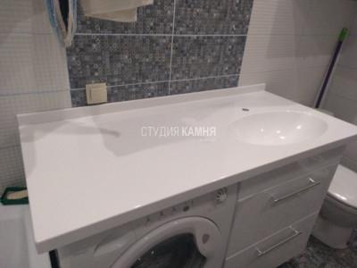 Белоснежная столешница в ванну из искусственного камня